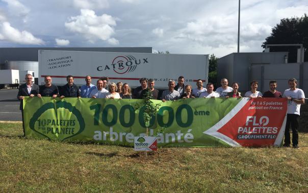 Le 100 000ème arbre est planté par les Transports Catroux